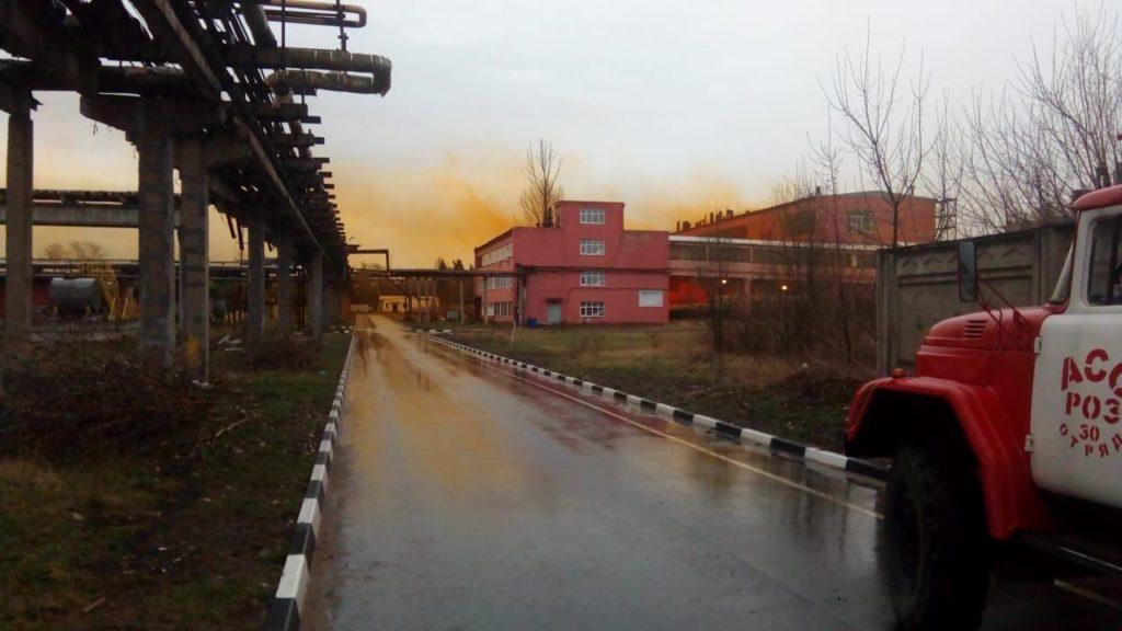 Бромосодержащая жидкость вырвалась из цистерны на заводе в Тверской области