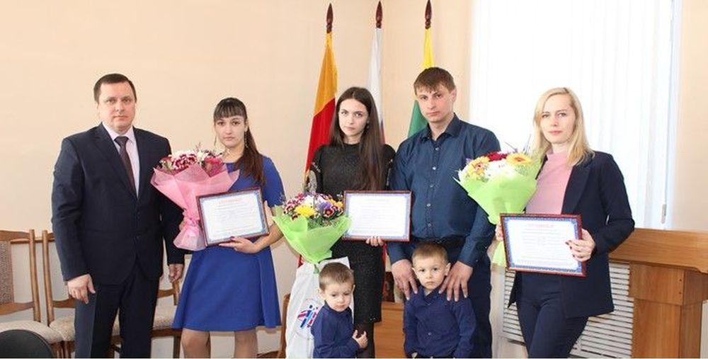 В Сандовском районе молодым семьям вручили сертификаты на обеспечение жильем