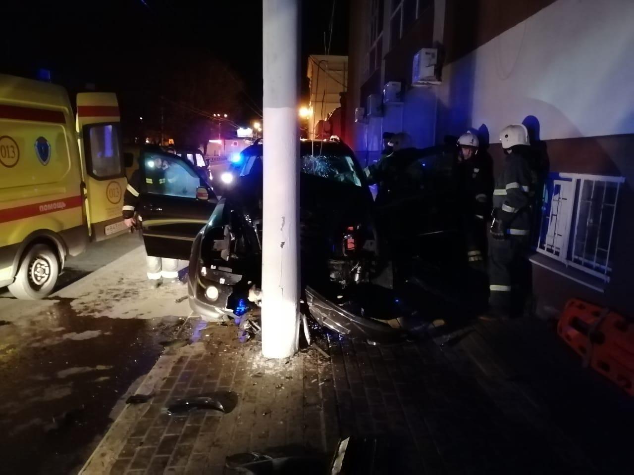 В центре Твери пьяный водитель протаранил фонарный столб