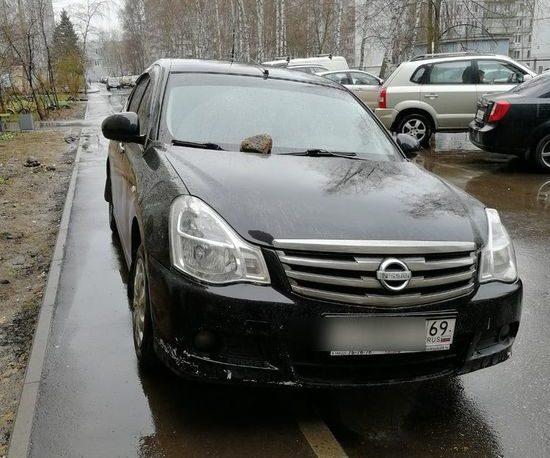В Твери автолюбителю положили камень на машину за неправильную парковку
