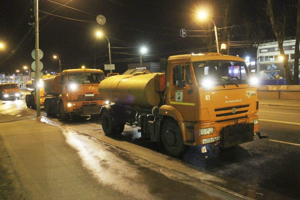Улицы и остановки в Твери дезинфицируют специальным раствором