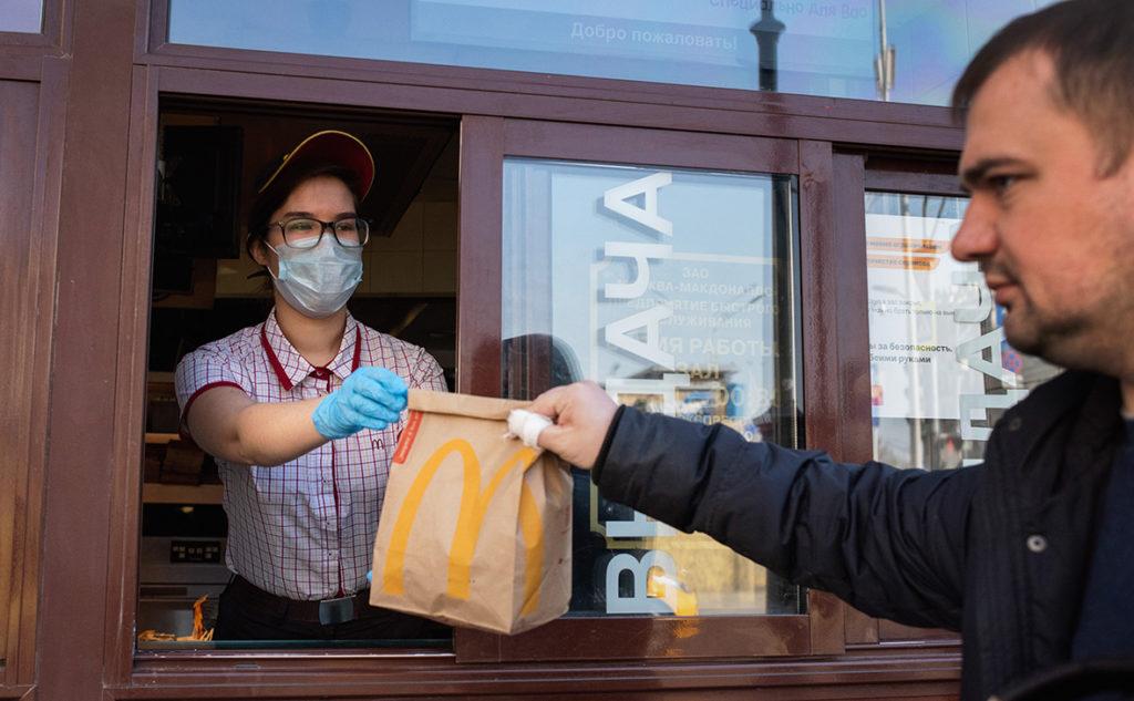 Рестораны быстрого питания будут кормить медиков бесплатно