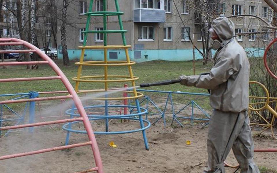 В Тверской области проводят обработку детских площадок