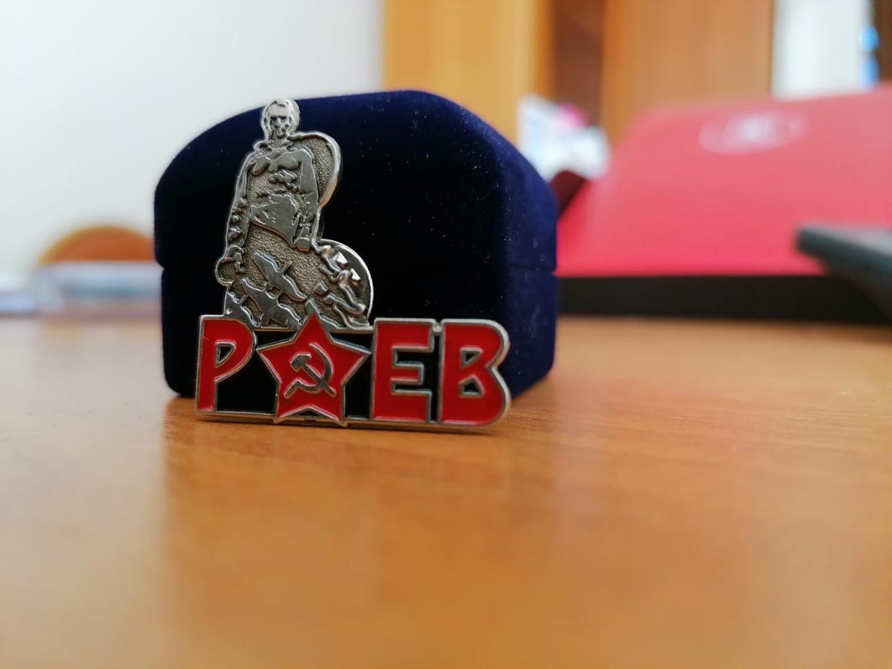 В Тверской области изготовили значки с изображением Ржевского мемориала