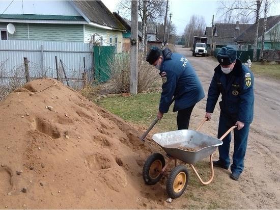 В Тверской области сотрудники МЧС помогли пенсионерам с садовыми работами