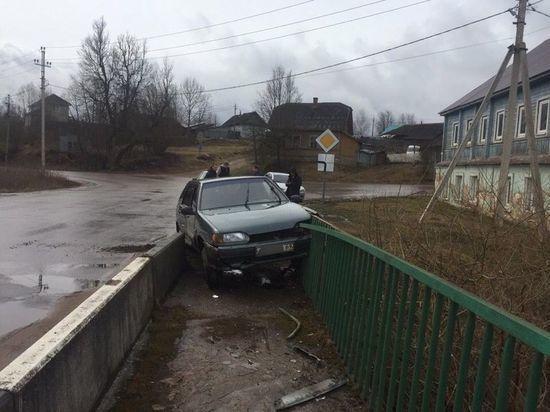 Автомобиль влетел в ограду моста в Тверской области