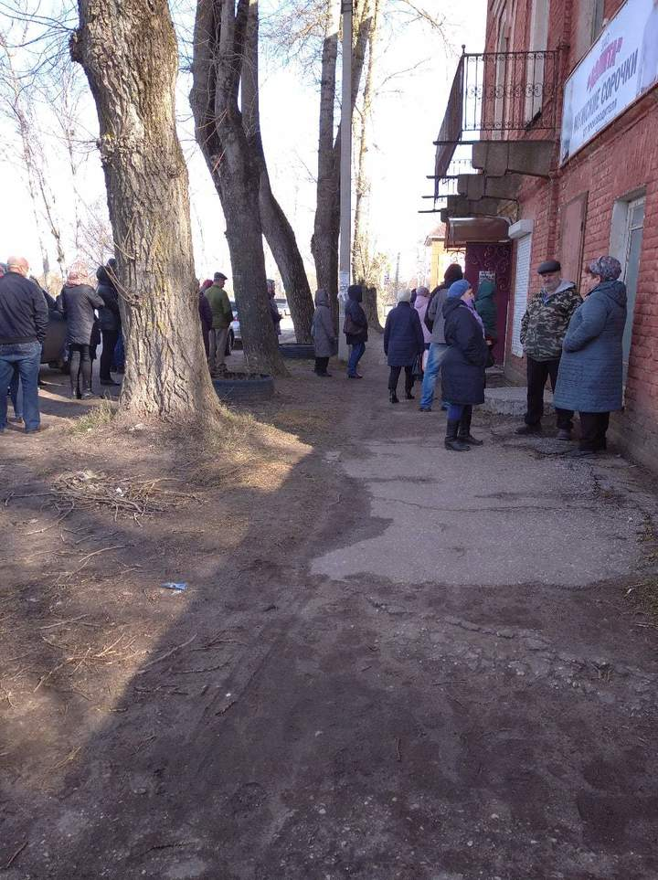 В Тверской области люди стоят в очереди за масками