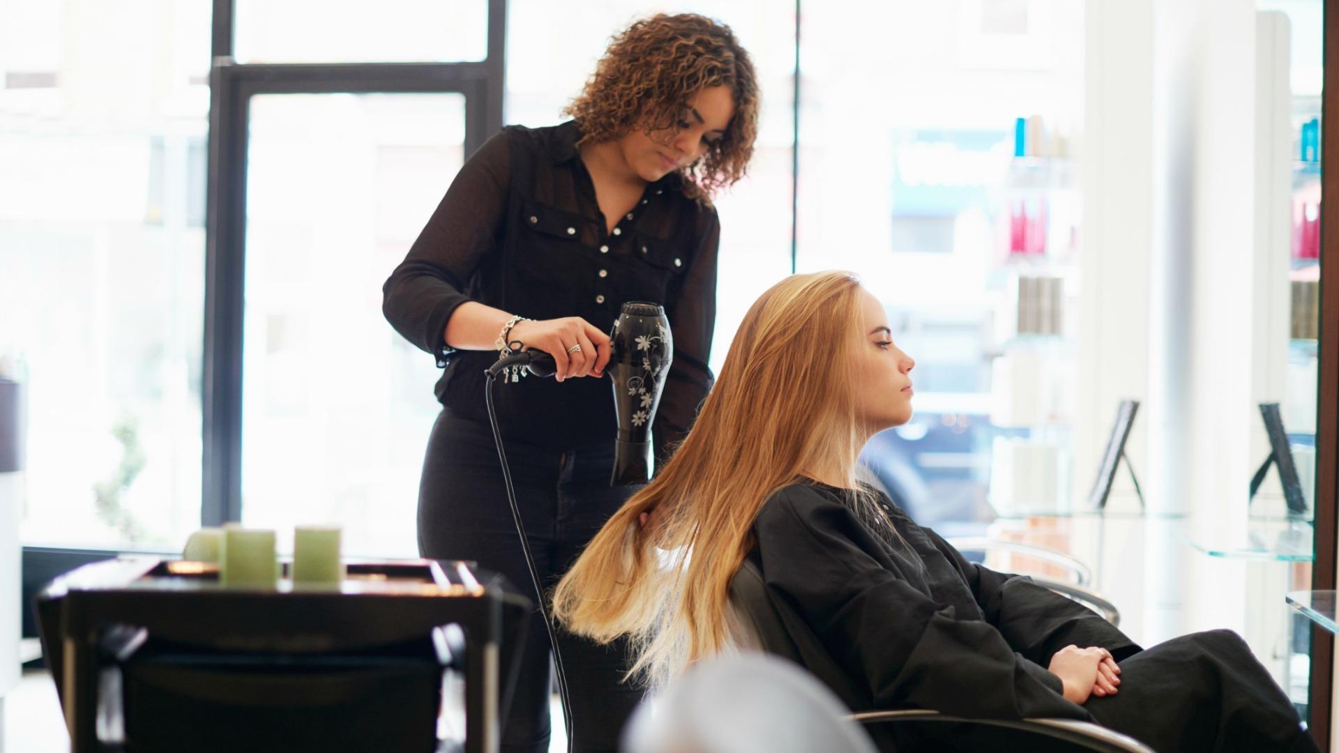 С 25 апреля в Тверской области заработают салоны красоты