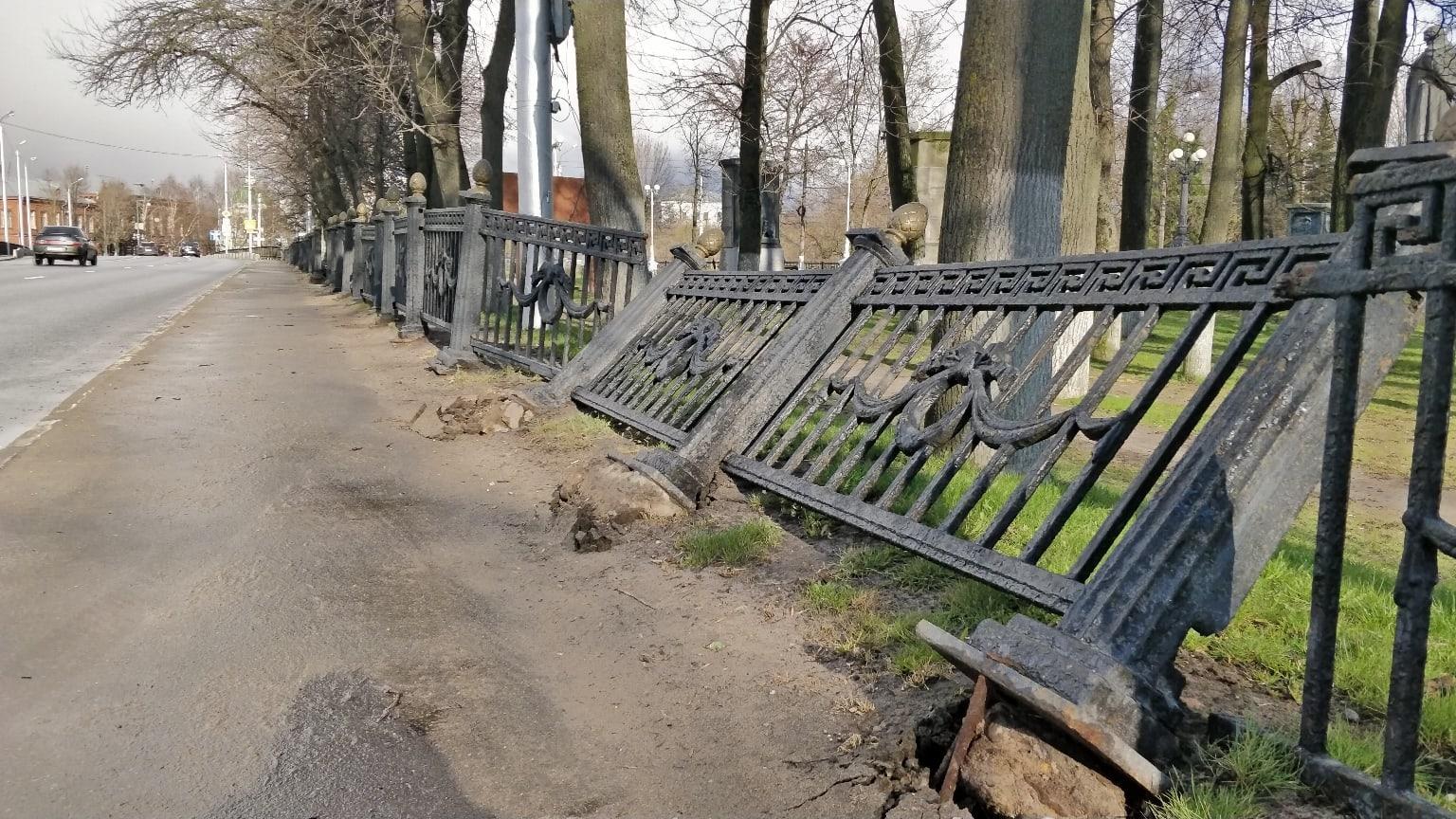 Неизвестные сломали ограду в сквере в Твери
