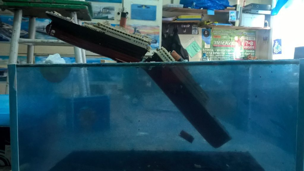 Парень из Тверской области создал диораму тонущего «Титаника»