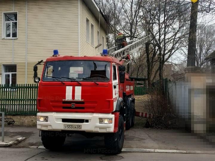 Тверские спасатели расчистили крышу садика