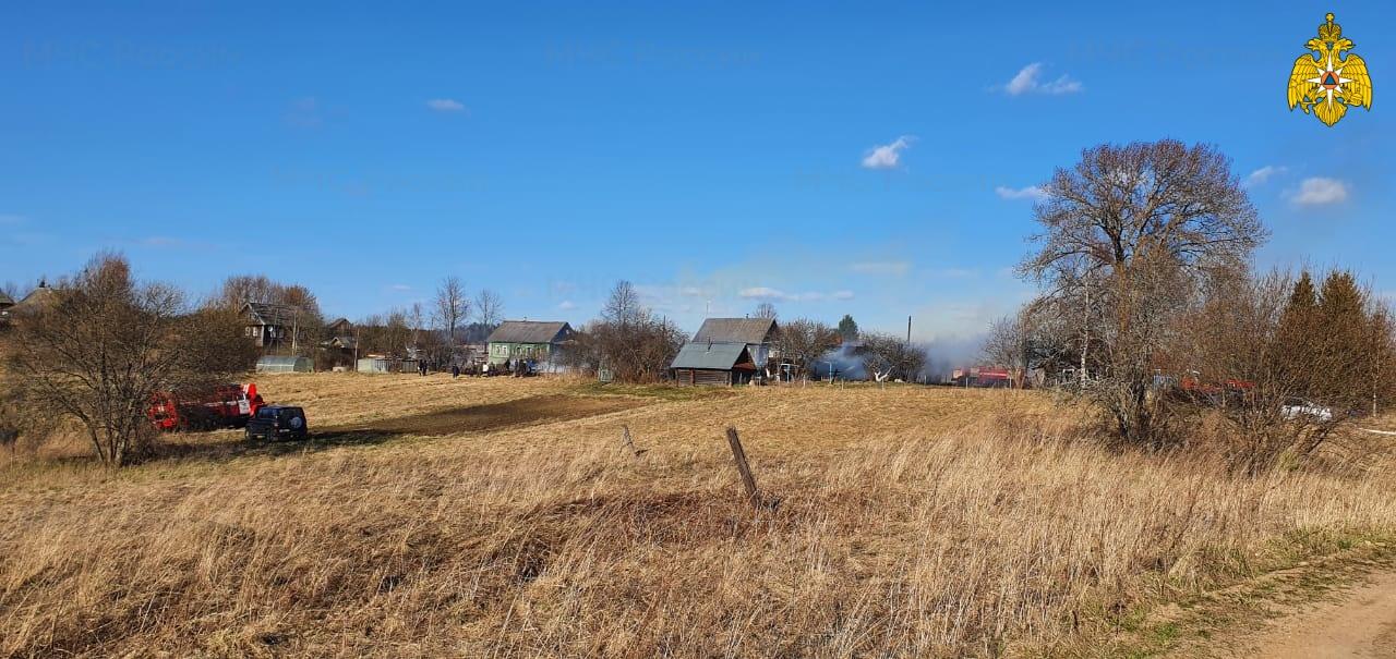 Деревню в Тверской области тушили несколько пожарных частей