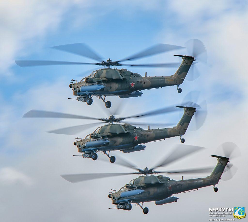 """Пилотажная группа """"Беркуты"""" отмечает день рождения тренировками Парада Победы"""