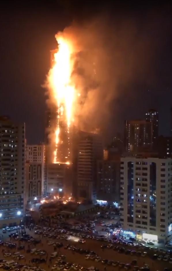 В Арабских Эмиратах загорелся небоскрёб