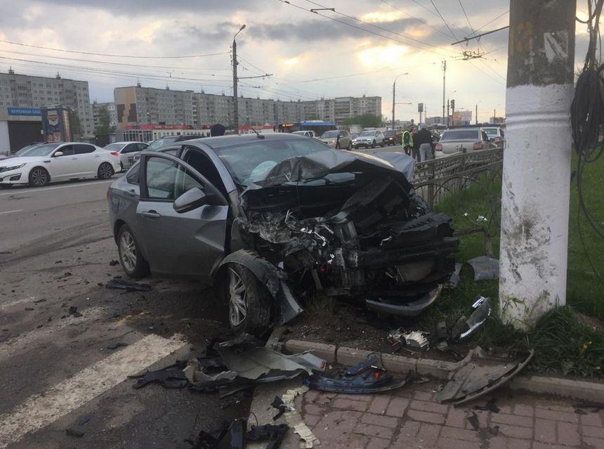 На улице Можайского в Твери столкнулись две иномарки, среди пострадавших 10-летняя девочка