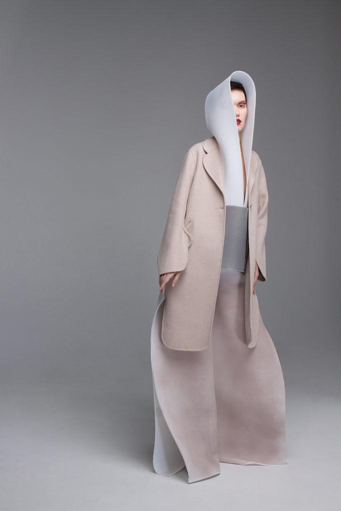 Петербургский фотограф рассказывает о бумажных платьях, в которых нельзя шевелиться