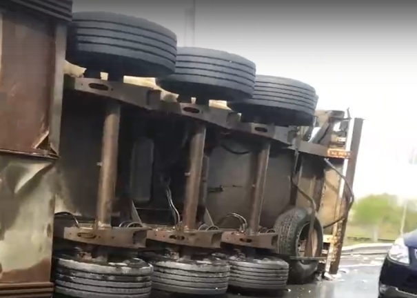 В Твери грузовик со свининой завалился на бок