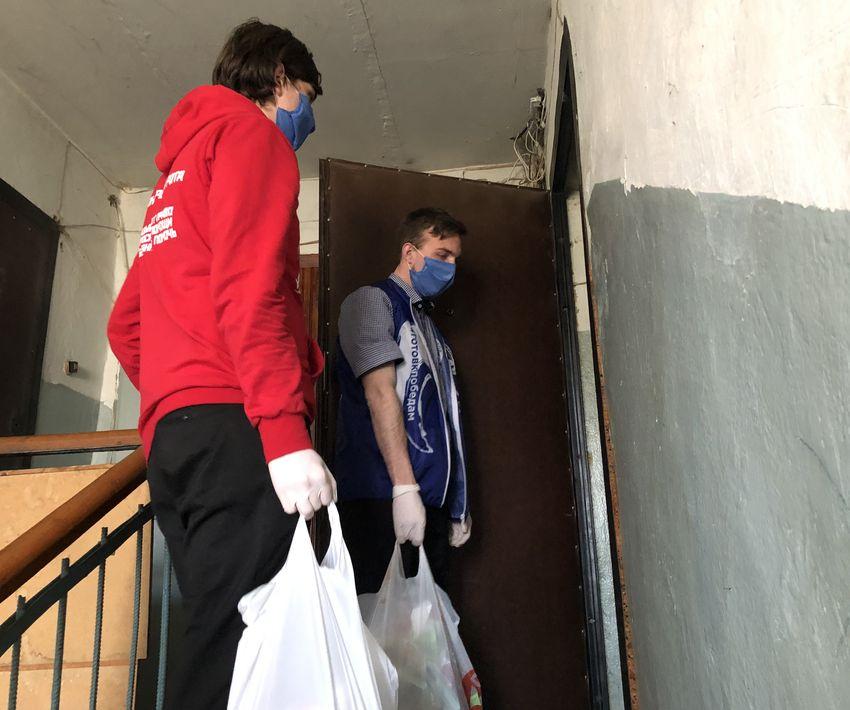 В Тверской области волонтеры продолжают помогать одиноким пенсионерам
