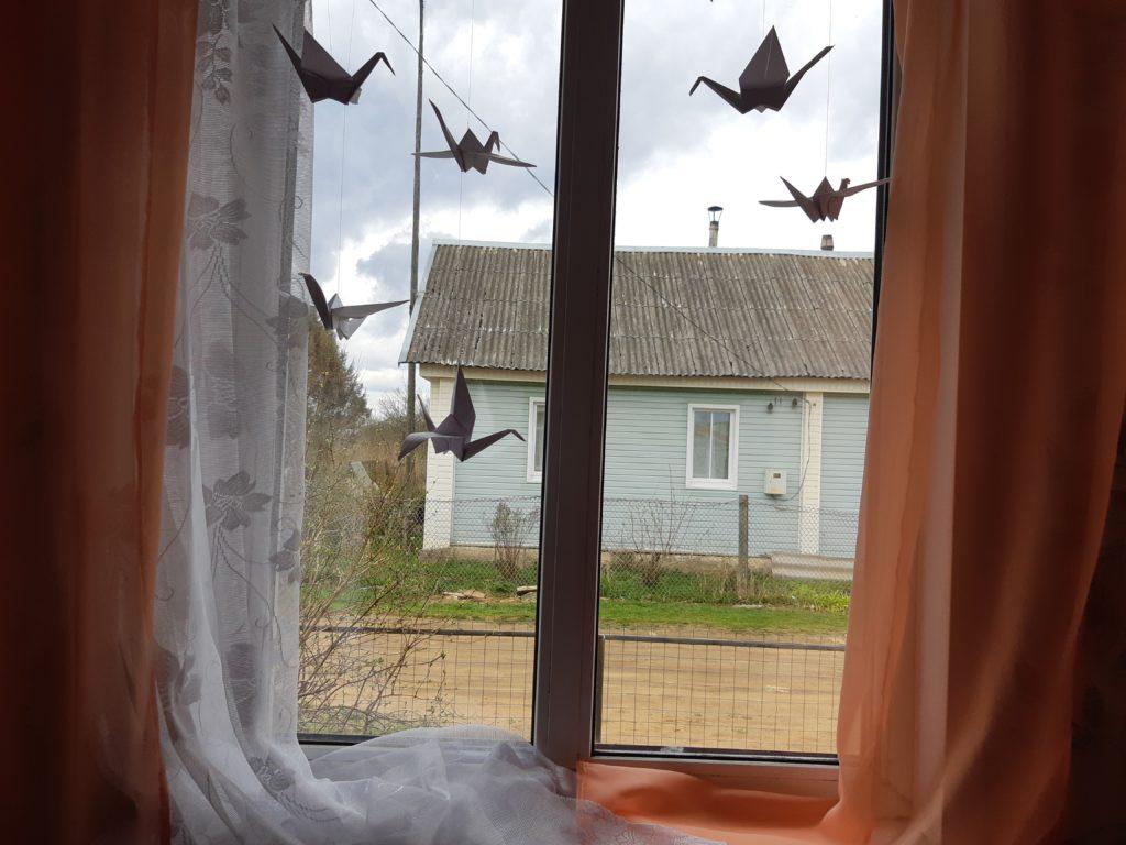 Юные жители Тверской области украшают окна бумажными журавлями