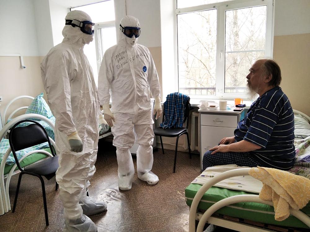 Врачи показали, как лечат больных коронавирусом в Твери