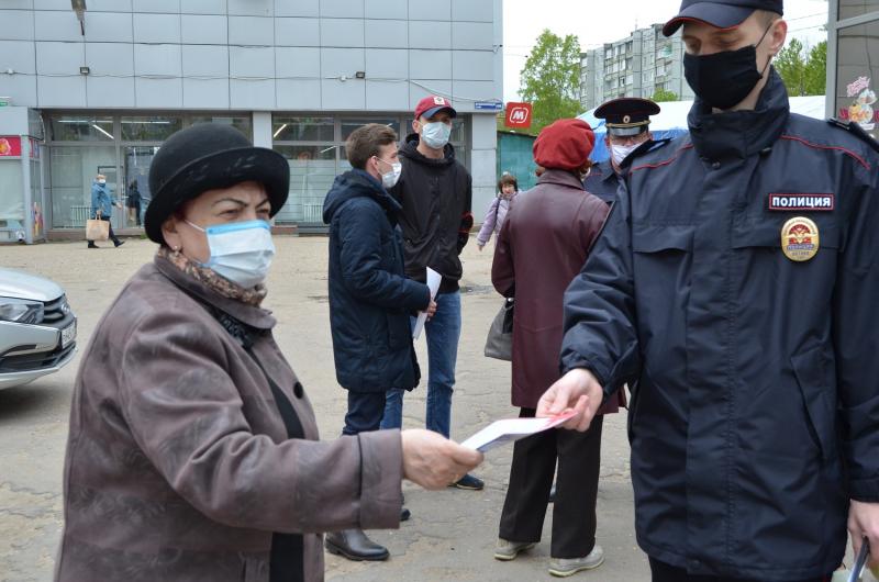 Сотрудники полиции на улицах Твери рассказывали о мошенниках
