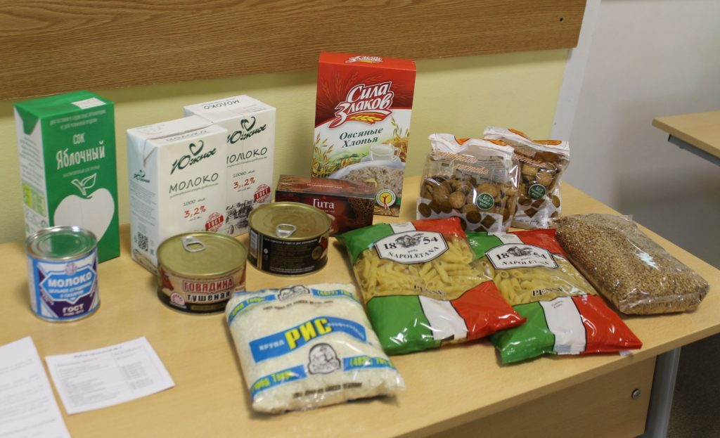 В Твери начался третий этап выдачи продуктовых наборов школьникам
