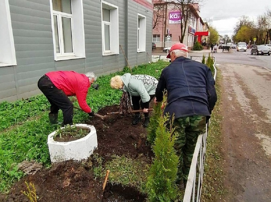 Бологовские железнодорожники высадили 52 туи в память о погибших на войне земляках