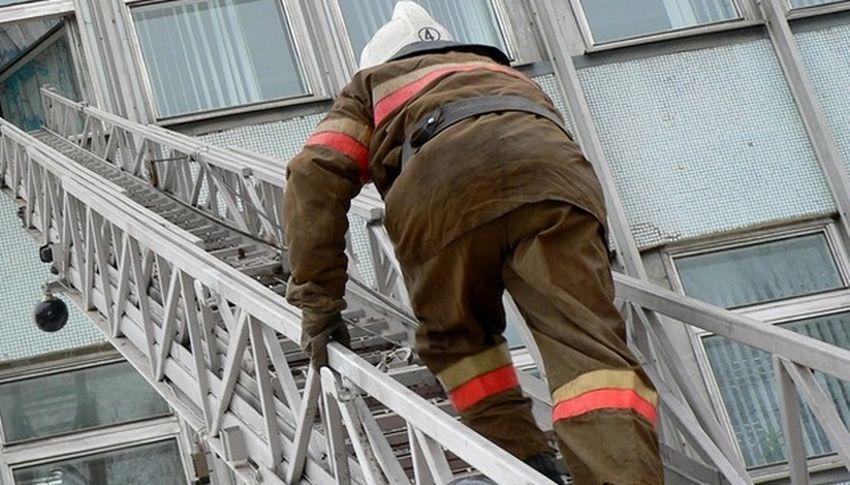 В Твери пожарные спасли пожилого мужчину, запертого в квартире