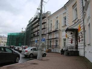 Здание Тверской городской думы скрылось в лесах