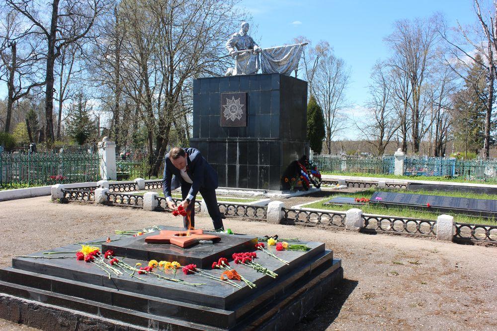 Глава района в Тверской области почтил память павших воинов
