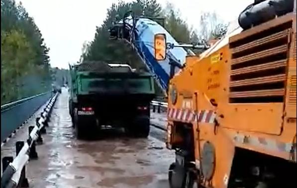 """""""Дырявый"""" мост через речку в Тверской области начали ремонтировать"""