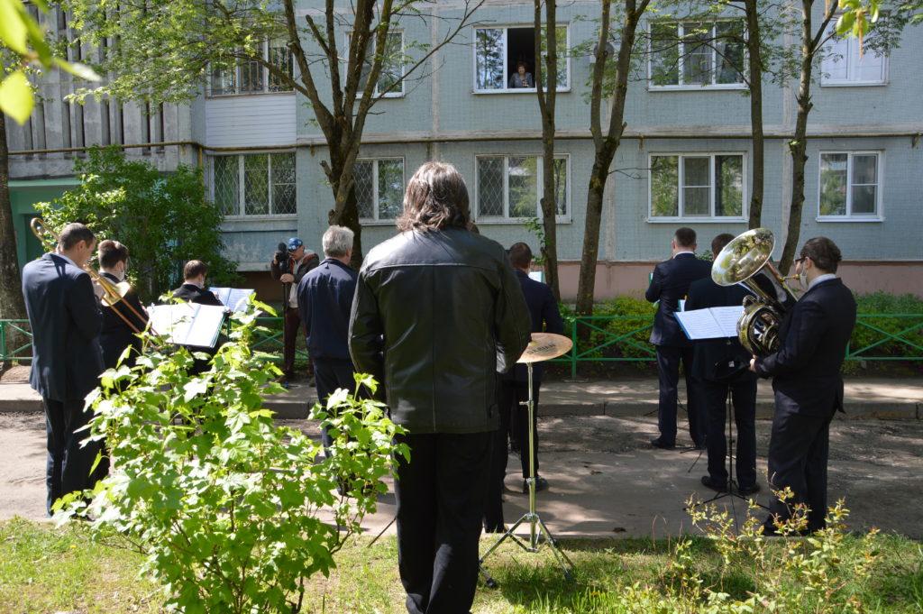 В Твери духовой оркестр сыграл концерт под окнами ветерана в честь 100-летнего юбилея