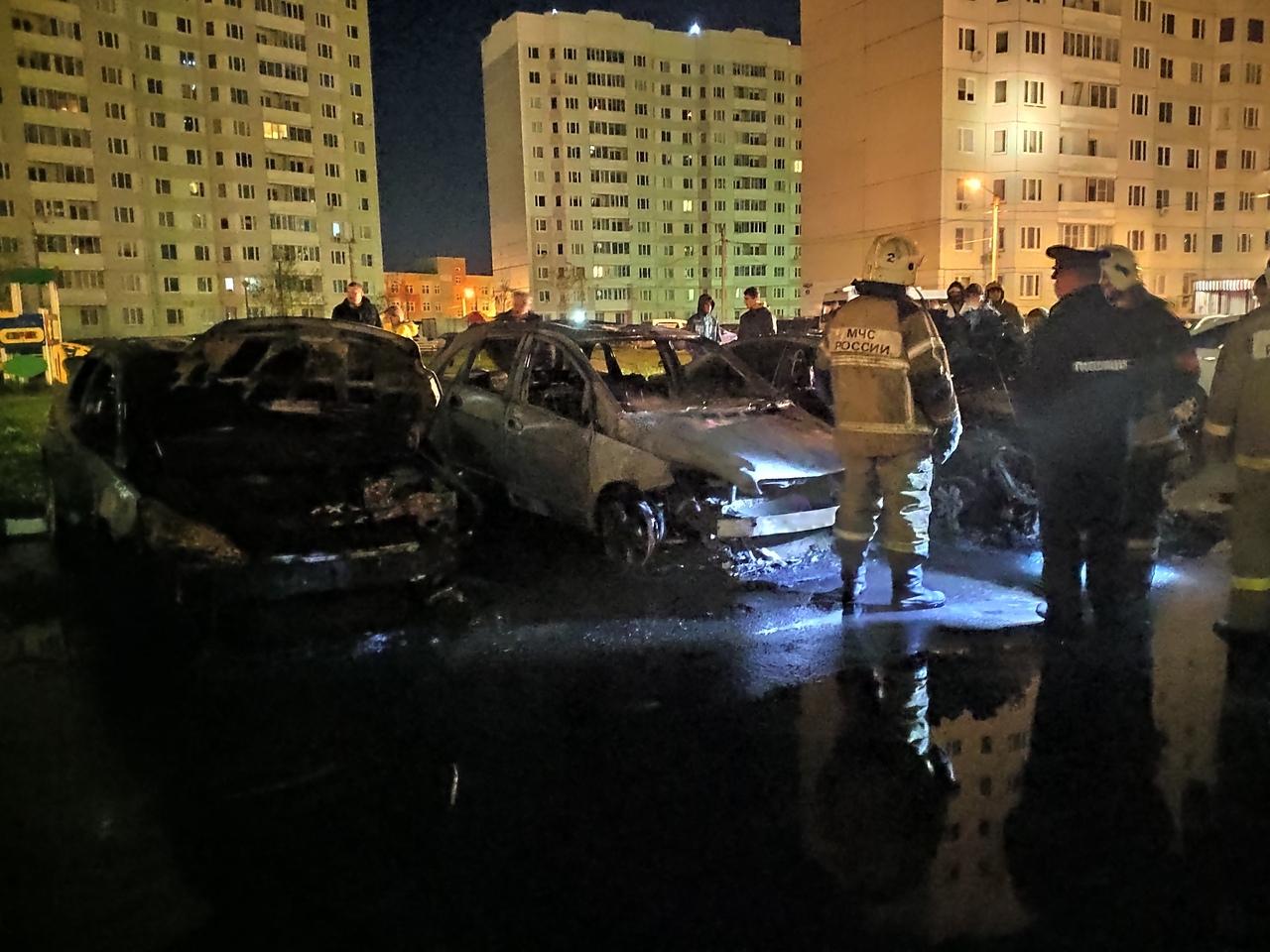 В Твери ночью сгорели три припаркованных автомобиля