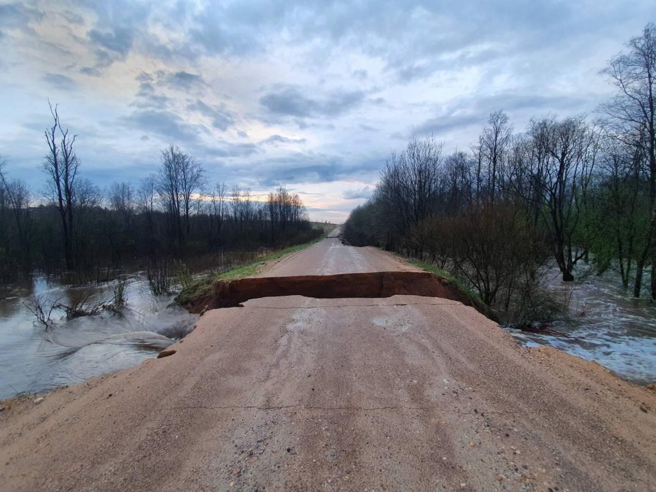Сильные дожди размыли дороги к деревням в Тверской области