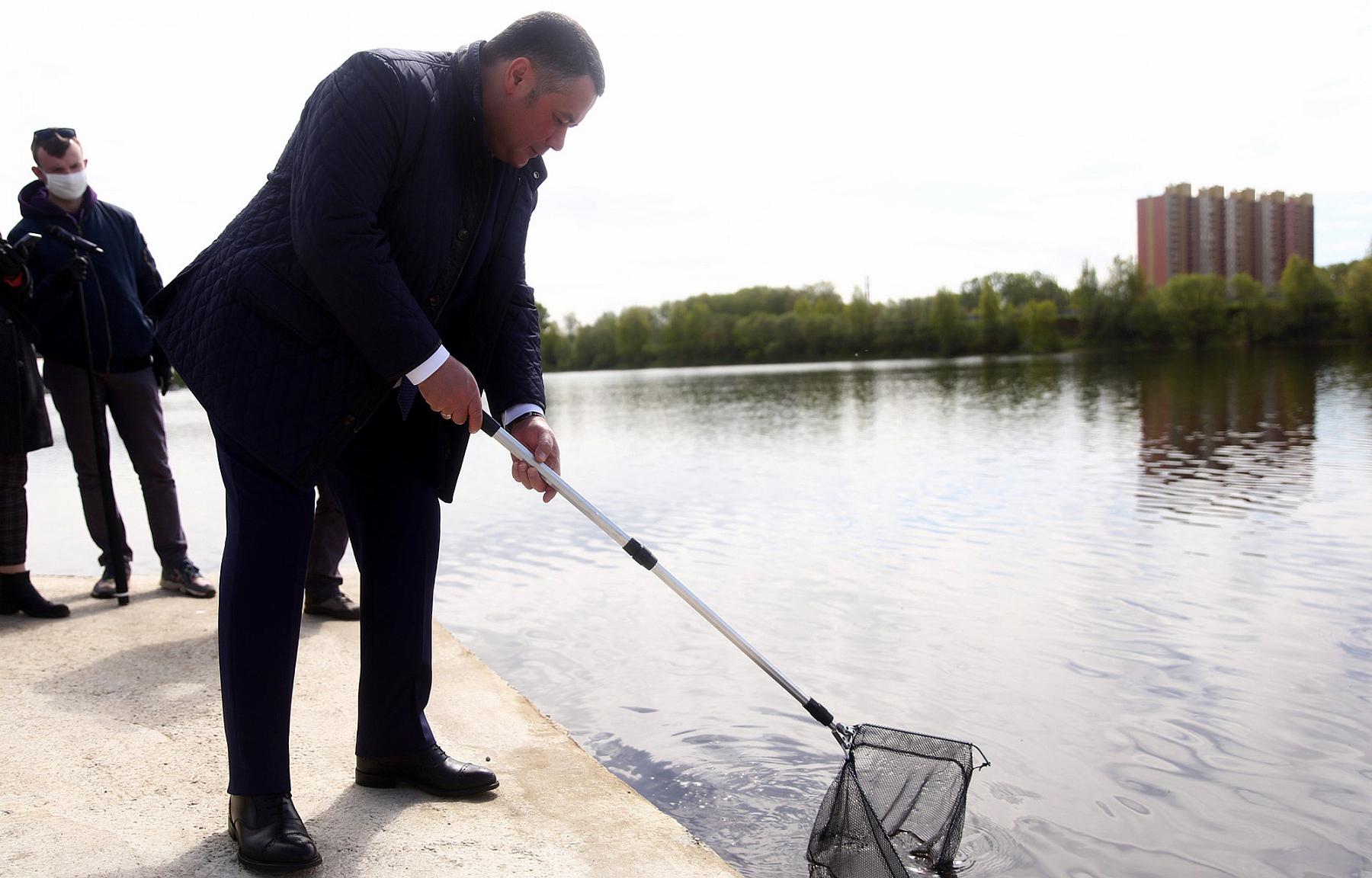 Губернатор Игорь Руденя выпустил в Волгу мальков стерляди