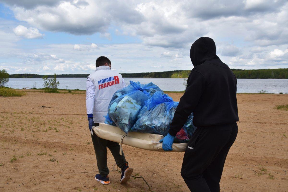 Молодогвардейцы очистили от мусора берега рек в Тверской области