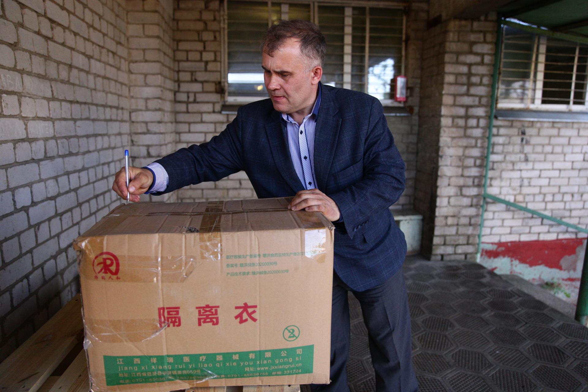 В Тверскую область привезли защитные костюмы для медицинских работников