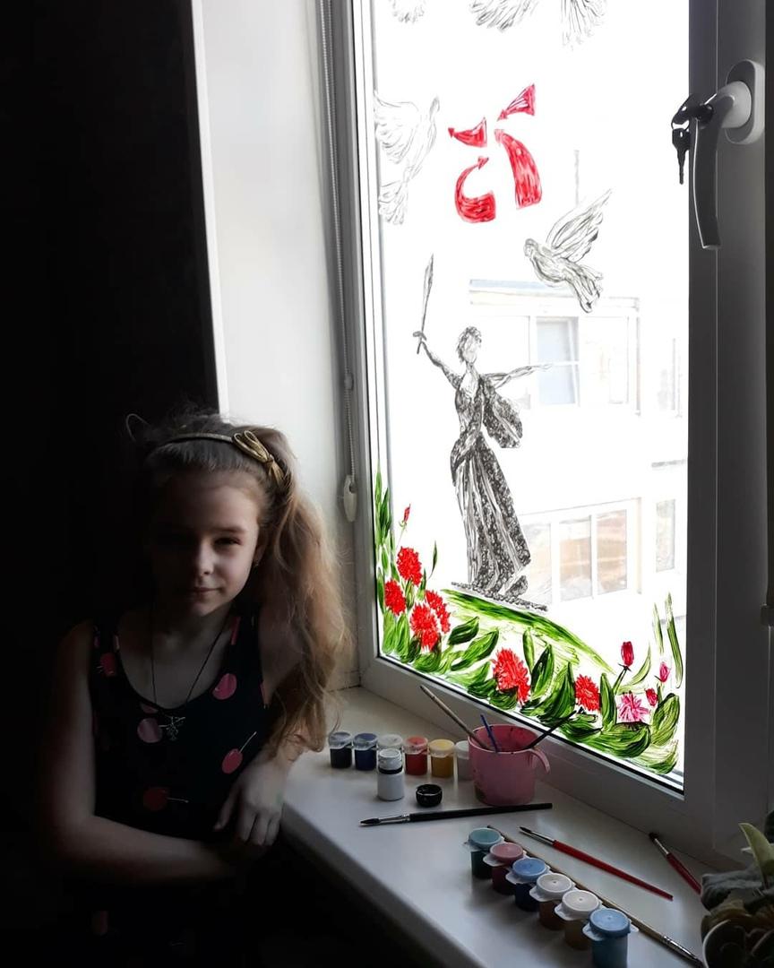 Тверская школьница расписала окна своей квартиры в честь Дня Победы