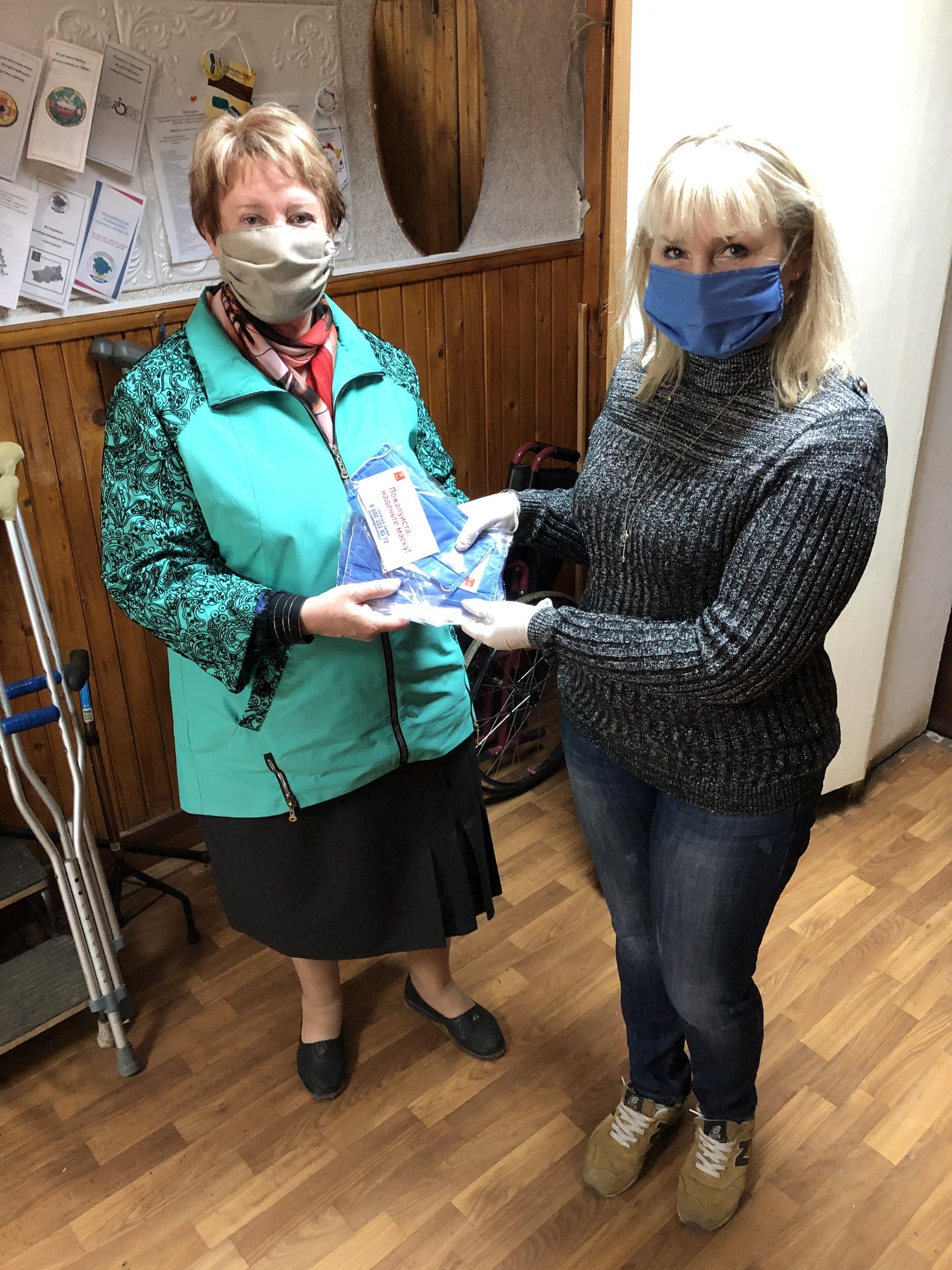 В Ржевском районе служба соцзащиты раздает многоразовые маски