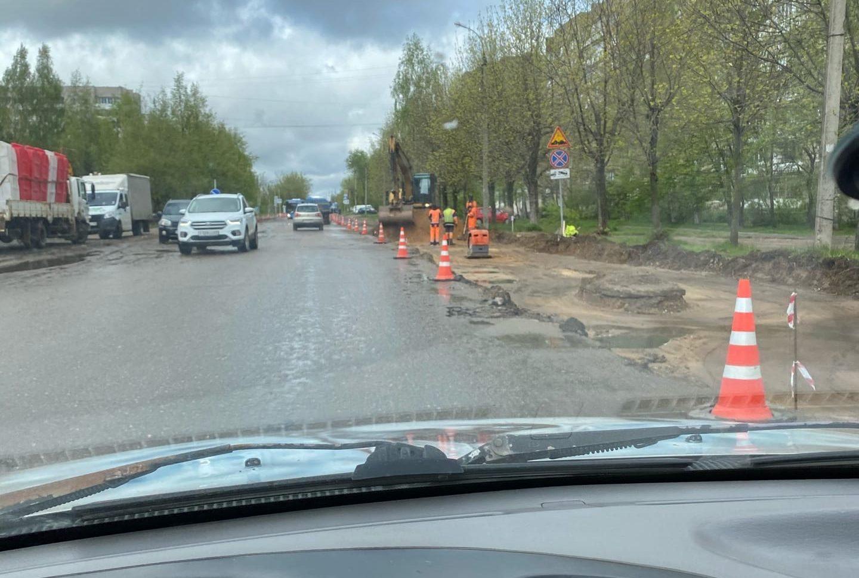 В Твери на одной из улиц копают траншею под тротуар