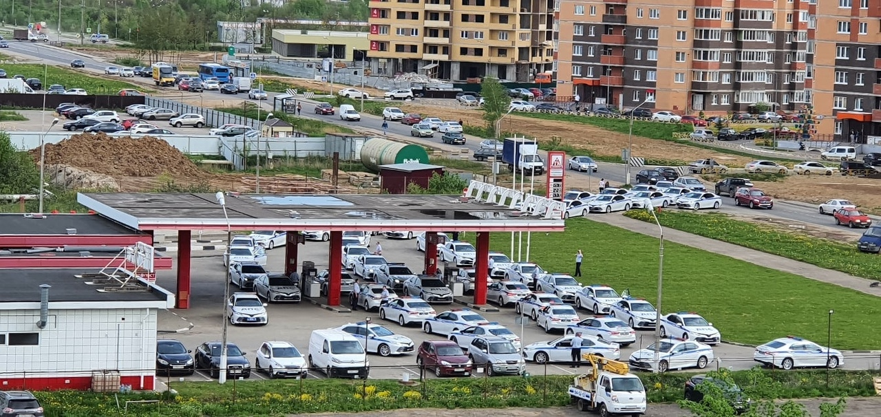 На автозаправку в Твери одновременно подъехали более 40 машин ДПС