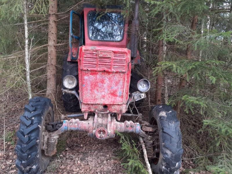 Житель Тверской области прятал в лесу украденный трактор