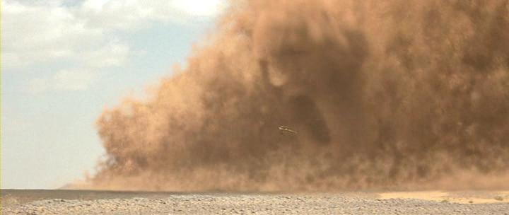 Ураганный ветер в Твери поднял столб пыли