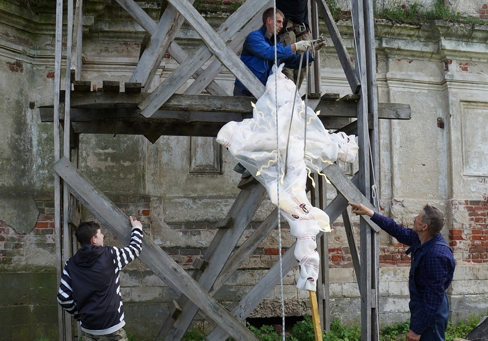На восстанавливаемый храм в Тверской области установили крест