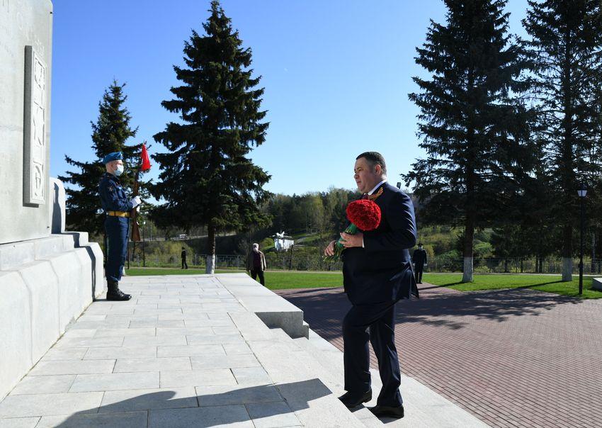 Губернатор Игорь Руденя возложил цветы к Обелиску советским воинам в Ржеве