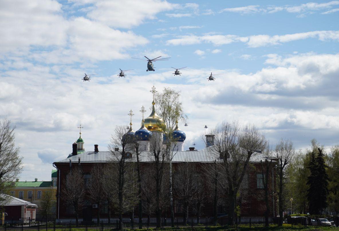 Самолеты парадным строем пролетели над Тверью