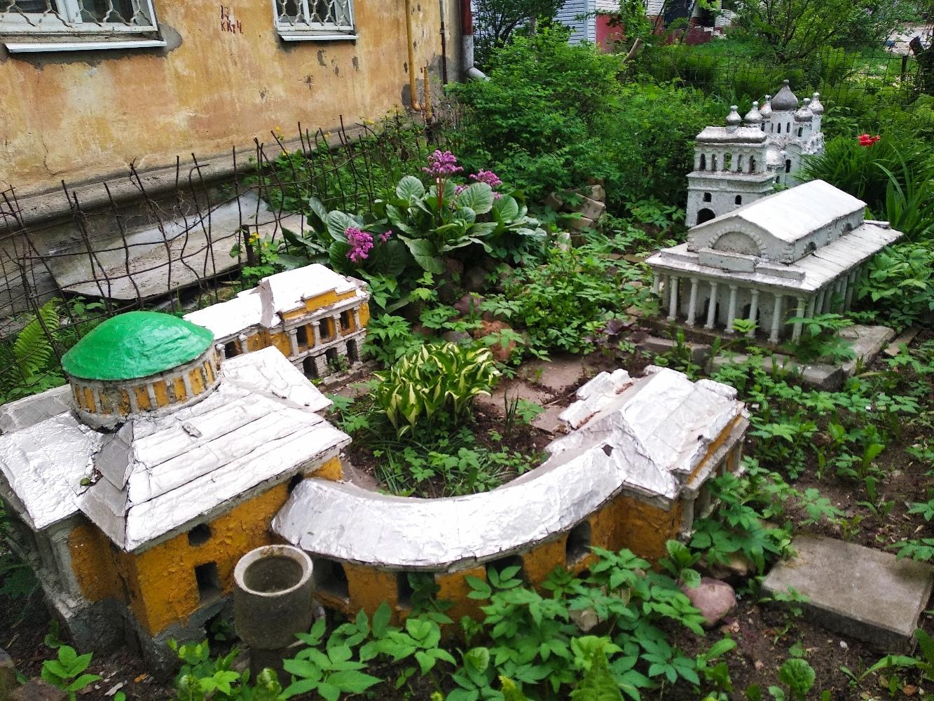 Неизвестный архитектор возвёл маленький дворец на клумбе в Твери