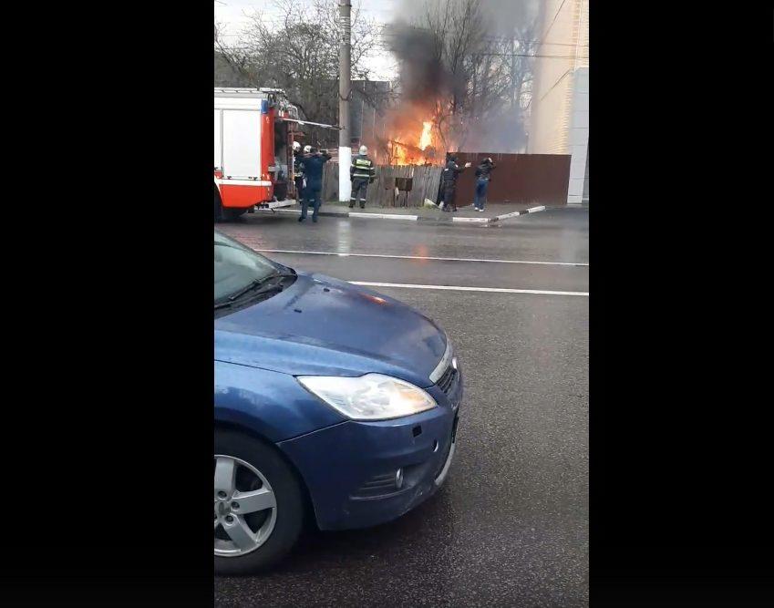 В Твери автомобиль загорелся рядом с жилым домом
