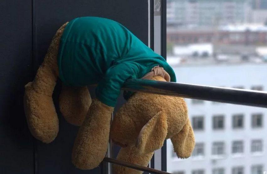 Один дома: в Твери семилетний мальчик выпал с балкона четвертого этажа