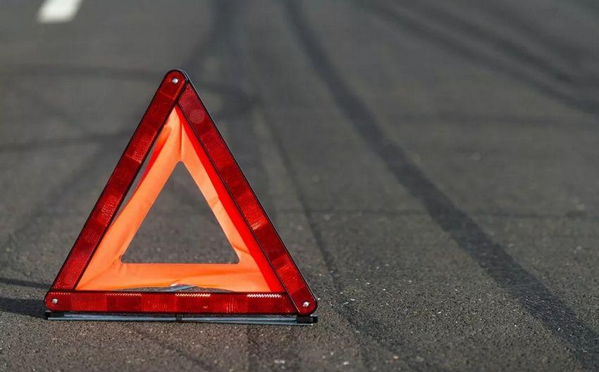 В Тверской области неизвестный водитель съехал с дороги и сбил молодую пару